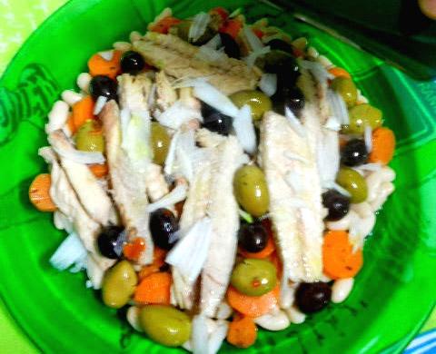 Ricetta fresca insalata con filetti di sgombro ed olive for Cucinare sgombro